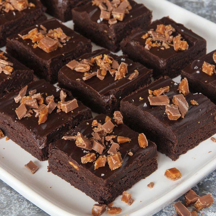 Fantastiskt goda, segmjuka brownies med krämig chokladtryffel & knaprig Daim på toppen.
