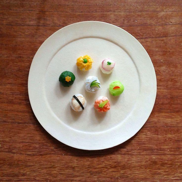 今日は愛息子くん1歳のお誕生日♪ 夢中でパクパクしてました(≧∇≦) おむすびは1個2.5cmくらいの プチサイズです♪ [手毬ずし風おむすび] 鯛はこんがり焼いて 薄焼きたまごを焼いて 後の具材はひとつの鍋で グツグツして飾り付けただけ♪ (あっ、出汁で煮てあげればよかった。。。) 具材 たまご&グリンピース ほうれん草&にんじん 鯛&海苔 サーモン&さやえんどう 白菜&赤ピーマン 赤かぶ&ブロッコリースプラウト しらす&きゅうり ※ほうれん草と白菜は喉につまらないように 全部包み込んでしまわないように注意! 下は包まず、口にいれた時ホロっとなるように♪