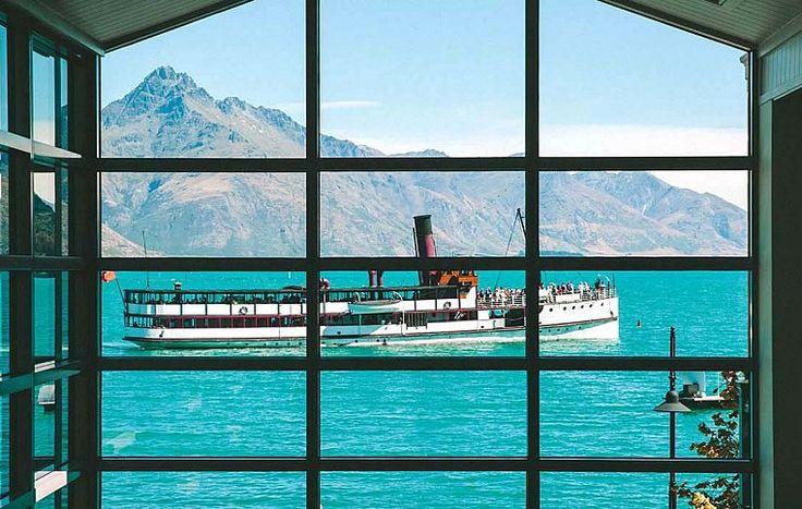 Прямо из парадной двери отеля Eichardt's можно заказать прогулку на старинном пароходе по озеру Вакатипу – для этого достаточно окликнуть капитана. Разумеется, лично вам этого делать не придется: об этом позаботится квалифицированная команда туроператора «Ахипара». | Гостиница в Квинстауне Новая Зеландия | Ahipara Luxury Travel New Zealand #новаязеландия #зеландия #гостиница #гид #отдых #отпуск #квинстаун