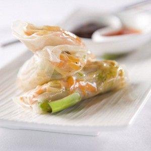 Очистите авокадо и нарежьте тонкими полосками (примерно 24 куска). Морковь очистите и натрите на крупной терке, чтобы получился 1 стакан. Рыбу так же нарежьте тонкими полосками (примерно 12 штук).