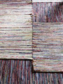 Leuke kleedjes voor bij de collectie overlappende vloerkleden en schapenvachten naast het bed. Het geweven multi-color ontwerp past helemaal bij de eclectische sfeer van de slaapkamer #IKEAcatalogus