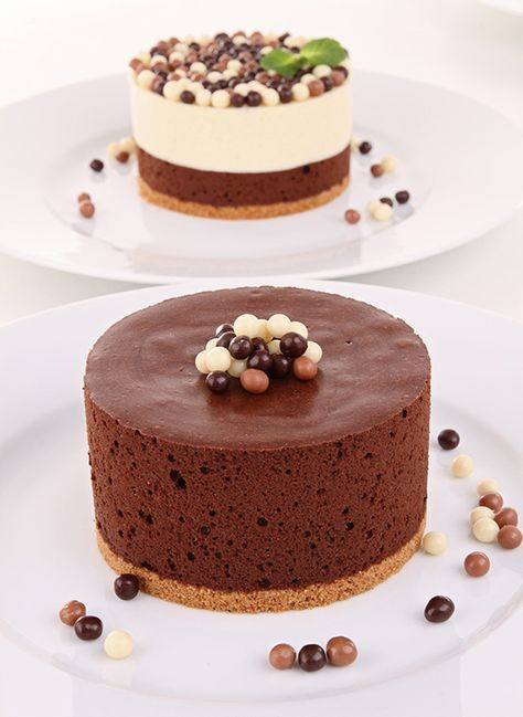 La Tarta Mousse de Chocolate no se parece a las demás. Resulta muy esponjosa, lo que le aporta una ligereza y una cremosidad que la hacen inconfundible. Sabe, además, buenísima, por lo que daremos por bien invertido el tiempo que hemos pasado cocinándola. Ingredientes para la Tarta Mousse de Chocolate 100 gr. de chocolate negro ...