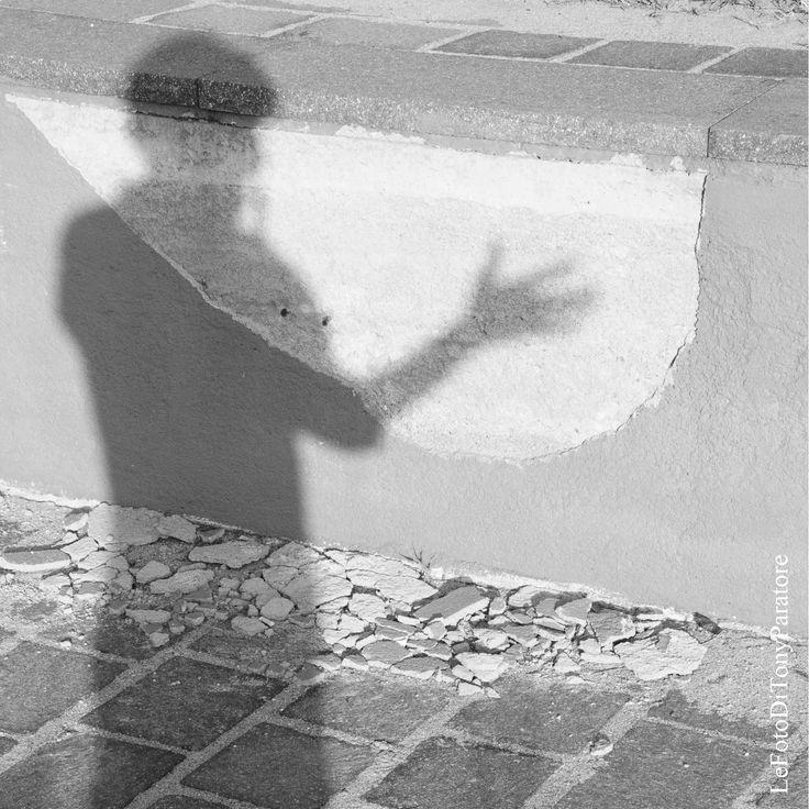 Ombra sul muro di un lungomare. In questa fotografia ci ho visto una metafora di come spesso, attraversando la vita con i propri su e giù, e con i su e giù che arrivano dal mondo esterno.. ci sembra di essere (e siamo) dentro: Broken Soul, Anima Spezzata... ognuno di noi può avere pezzetti d'anima staccati dalla parte principale... speriamo in modo non permanente... e quando finalmente questi pezzetti si ricongiungeranno alla parte principale...