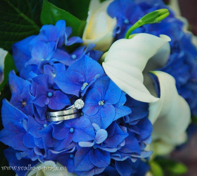 Свадебный букет из синих гортензий, белых калл и фрезий.