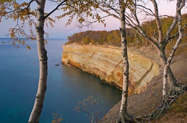 Superior Gölü - ABD'nin Michigan eyaletinde bulunan bu gölün bir özelliği dünyanın en derin ve en soğuk göllerinen biri olması. Korkutucu dursa da, vahşi bir hayvan kadar güzelliği ile büyülüyor.