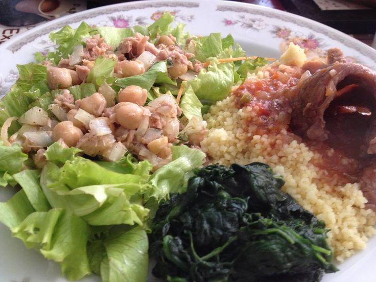 Caminha de salada de alface e cenoura ralada para a salada de grão de bico com cebola e atum light. Cuscus marroquino com caldo de legumes. Carne de panela (patinho) com azeitonas e molho de tomates frescos. Espinafre refogado com azeite extra virgem.