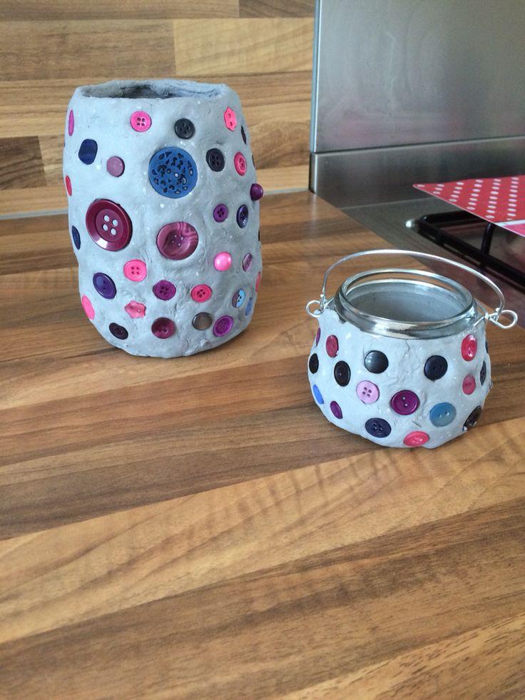 Gemaakt met oude glazen pot, boetseerklei en vrolijke knopen!