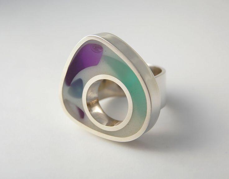 Anillo caleidoscopio de plata 950, resina y acrílico.   Joya de día nublado, en el mar, cuando las olas rompen e...