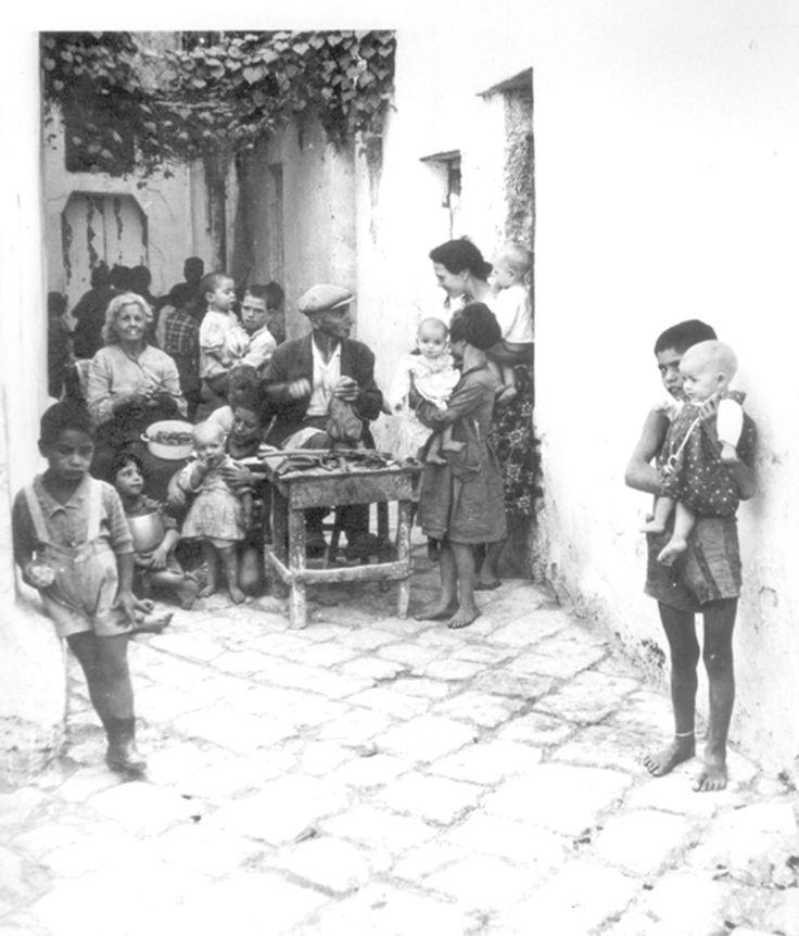 Alliste (Puglia). Calzolaio. Archivio di Antonio Pizzurro. Primi Anni Sessanta del XX sec.
