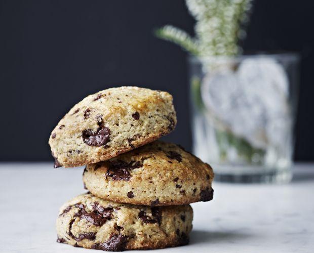 Lav svampede chokolade-scones til hyggelige weekendmorgener, og nyd dem sammen med en kop nybrygget kaffe.
