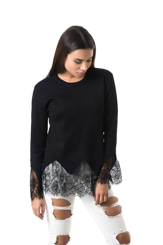 Knitted blouse with lace hem and cuffs. Long sleeves and round neck. 95% Viscose. 5% Elastane.