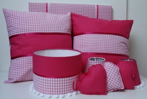 Babykamer set fuchsia stof en roze stof.