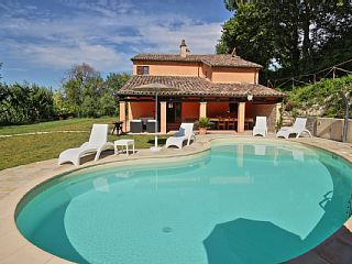 Villa met prachtig uitzicht en zwembad in de regio Marche platteland  Vakantieverhuur in Pesaro-Urbino van @homeaway! #vacation #rental #travel #homeaway