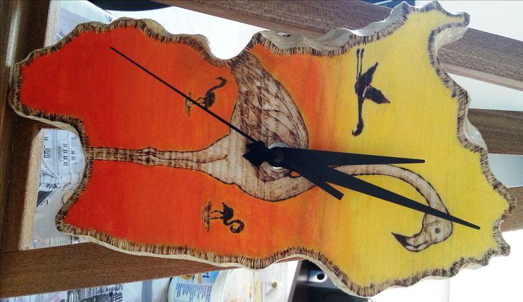 Orologio in legno di abete intagliato a forme di Sardegna con pirografazione di Fenicotteri e sfondo dipinto