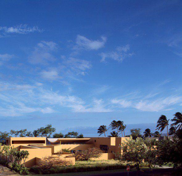 """La casa está localizada en la mitad de un desierto de lava negra en la costa noroeste de la isla llamada """"Big Island"""" (Isla Grande) en Hawái. Desde el sitio de la casa, maravillosas vistas del Océano Pacífico pueden disfrutarse."""