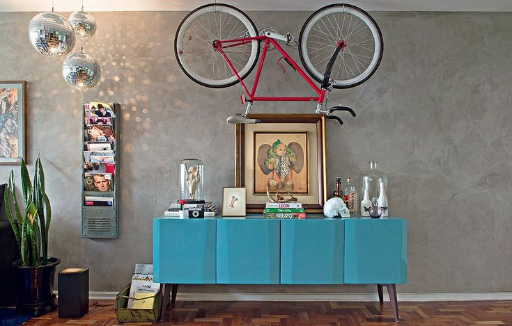 A bicicleta é o meio de transporte preferido dos hipsters e faz parte da decoração. Crânios humanos e animais também são peças fundamentais. Revistas estrangeiras são colecionadas pelo design. Projeto da designer de interiores Renata Parasmo