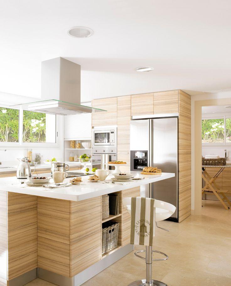 Cocina con isla central y muebles de madera laminada