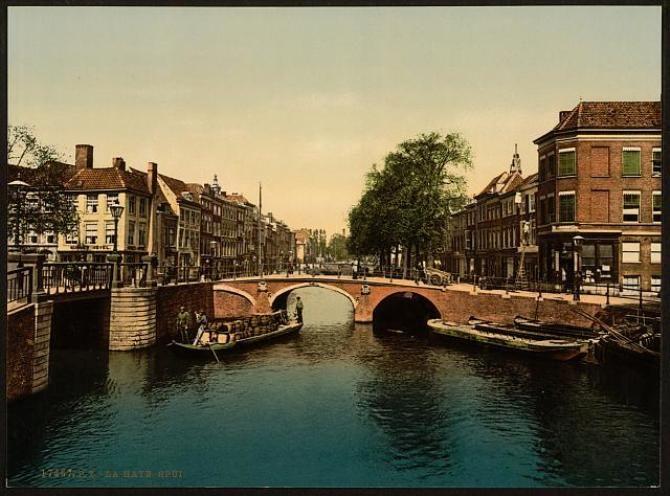 Het Spui in Den Haag rond 1900, vlakbij de (voormalige) aanlegpunten van de trekschuiten. Beeldbank LoC.