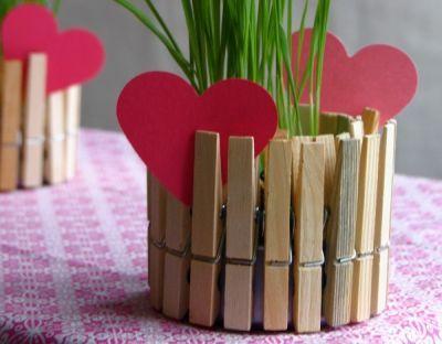 Você pode fazer um vasinho de pregador para acomodar as suas plantinhas bem pequenas ou para deixar os efeitos de suas velas muito mais charmosos. E este
