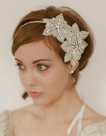 Hojas de pedrería para un peinado de novia con pelo corto