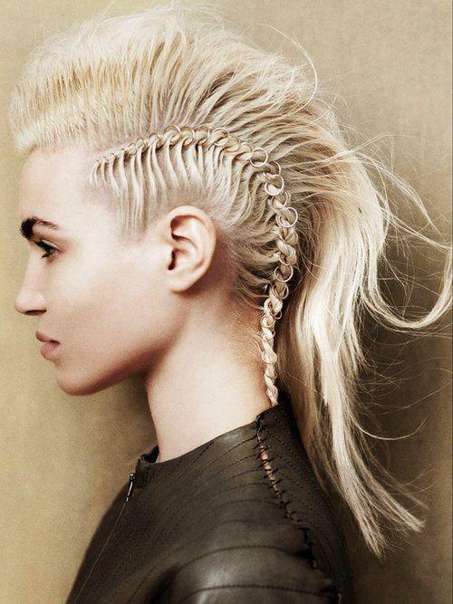 Haare rockige Frisur geflochten mit Ringen