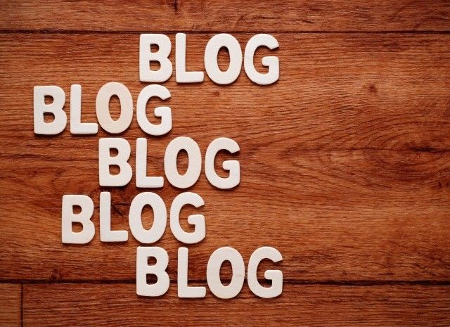 """""""Bloggen is dood."""" dat zegt Jolique Moller, oprichter van ilovefashionbloggers.com. Ja, je leest het goed. Jolique, een vrouw die zielsveel van bloggen, of eigenlijk bloggers, houdt en haar boterham er ook nog eens mee verdient, zegt dat haar eigen branche dood is. Ik schrok even. Ik had 'bloggen is dood' wel vaker gehoord, maar ik […]"""
