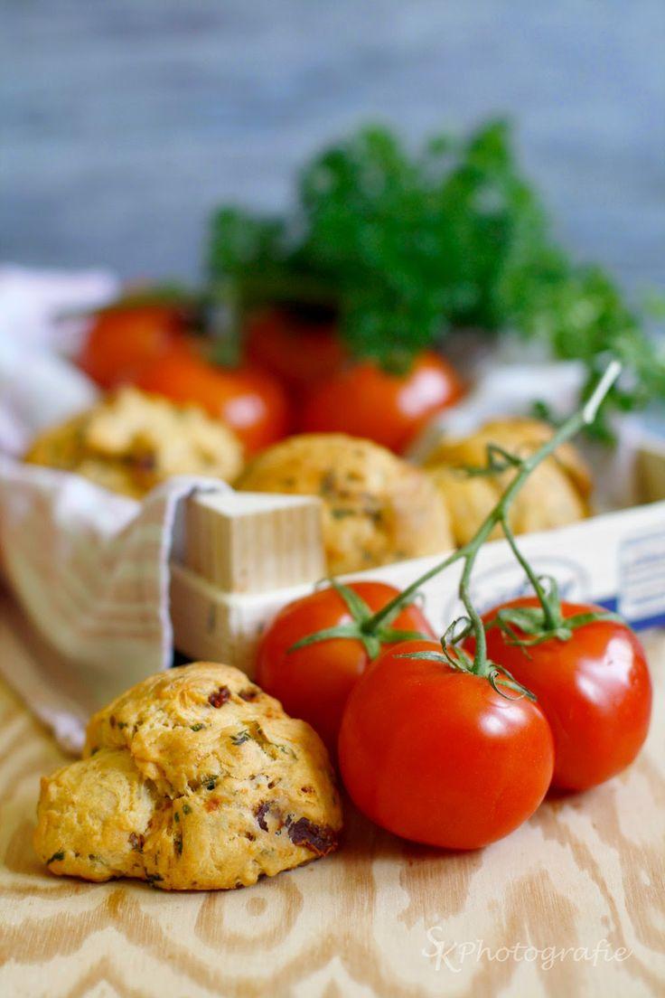 Alles und Anderes: Frische Tomaten-Petersilien-Brötchen für den perfekten Start in die Grillsaison