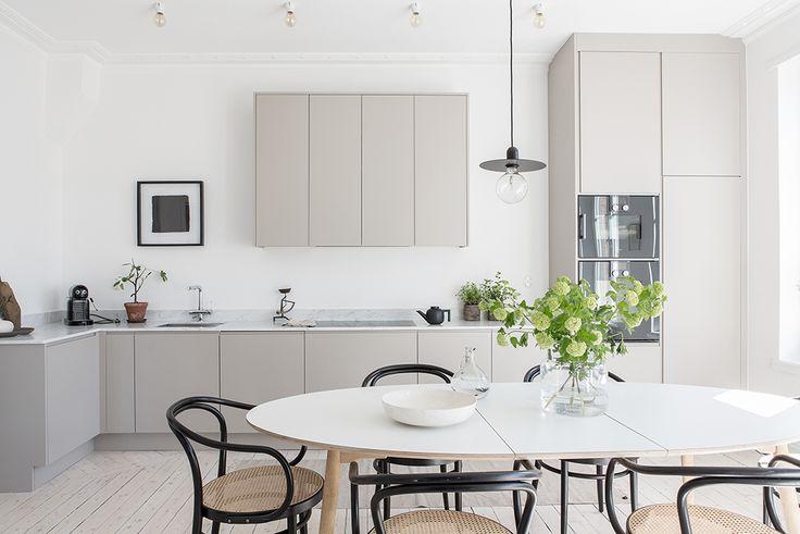 Nyrenoverad sekelskiftesfyra med hörnläge, våningskänsla och balkong med kvällssol. Material och färgsättning, allt noggrant utvalt, och resultatet är ett enastående vackert hem med ett underbart ljus. Stort kök och vardagsrum, tre möjliga sovrum, badrum och…
