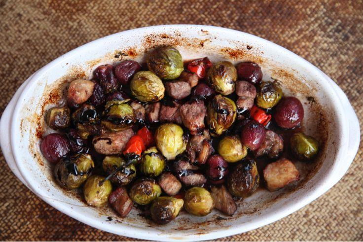 Coles de Bruselas asadas con uvas, vino tinto y balsámico.