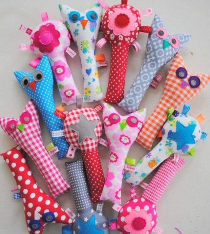 Een vrolijke rammelaar ! Leuk om zelf te naaien ! Teken een grappig figuur , knip het uit. Teken het op een lapje stof . 2x over ! Knip het uit. Naai het vast. Maar houd een stukje over. Prop daar wol en belletjes in. Klaar is Kees !