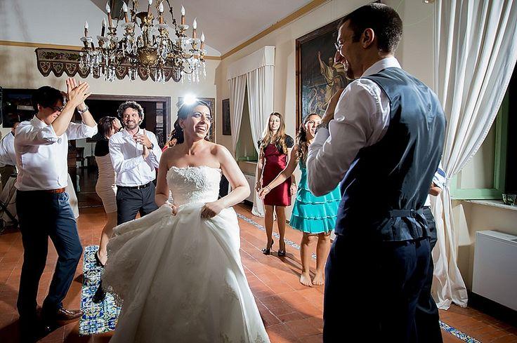 Matrimonio divertente a Villa Bertolami, sposa e sposo ballano durante il party | Informal wedding in Villa Bertolami, Rome: bride and groom dancing during wedding party, candid moment