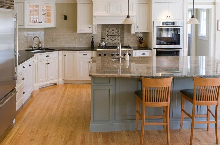 Große weiße Küche mit grau Insel und helle Holzböden ausgelegt mit zeitgenössischen Hardwar