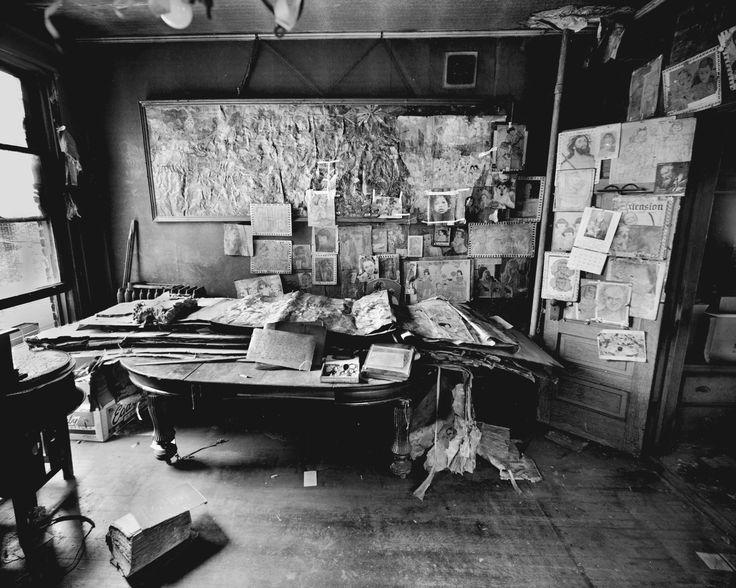 HENRY DARGER. Studio.