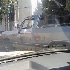 En el cruce de Javier Mina y Manuel Doblado fue captada esta camioneta de traslado de material tóxico, la cual cuenta con señalamientos y banderín; sin embargo, al chofer parece no importarle lo que traslada, ya que va fumando tranquilamente. Foto de reportero ciudadano Carlos Mosqueda.