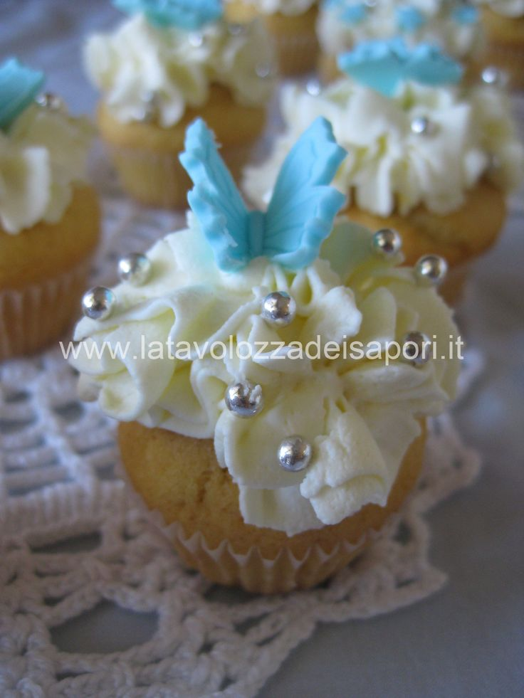 Mini Cup Cake alla Vaniglia con Crema al Mascarpone   http://www.latavolozzadeisapori.it/ricette/mini-cup-cake-alla-vaniglia-con-crema-al-mascarpone