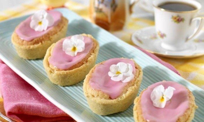 Mazariner är en uppskattad kondiskaka. Lättbakade och saftiga – under det rosa florsockertäcket döljer sig en ljuvlig fyllning av mandel och syrlig rabarber!
