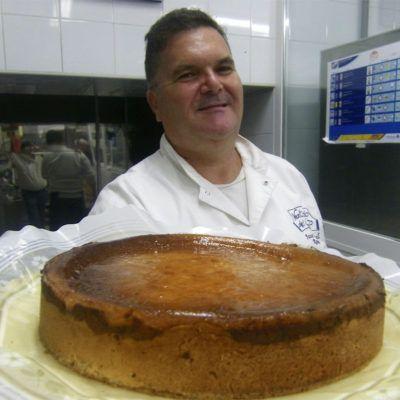 Miguel Sánchez Ramos con la tarta de manzana de La Camelia.