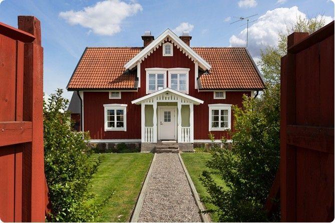 Rött hus, veranda, snickarglädje, fönster foder, spröjs, grusgång