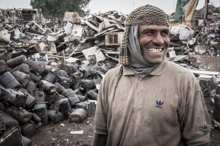 Bangladeshi migrant working in a scrapyard - Gulf Region - Photo by Stefanistan