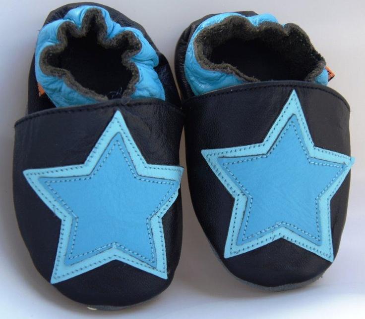 Flitsende leren babyslofjes met blauwe ster.