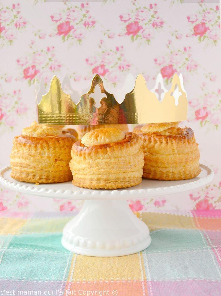 Et oui j'ai encore, eu un grain de fantaisie. Même pas honteuse par ailleurs ! Voici les bouchées des rois, pour concurrencer les bouchées à la ... reine (ah ah). Après la galette de frangipane de pomme, la galette des rois au chocolat blanc