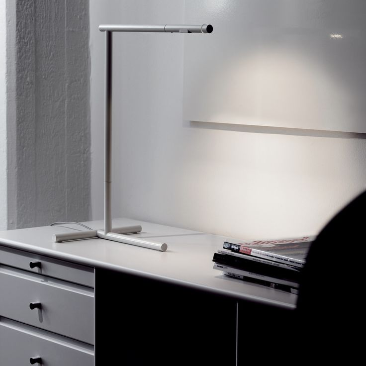 The Mondrian Table Lamp, created by Cecilie Manz for Lightyears, provides a direct, adjustable light. The lamp housing has a reflector that deflects heat and increases luminosity. This effect is further enhanced by using halogen bulbs with built-in reflectors. Smart design for bright working hours at the desk.