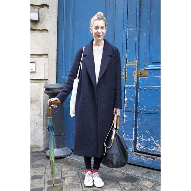 パリのストリートスナップは、差し色やグラデーションで魅せる黒のスタイリング。 ( page 5 )   VOGUE