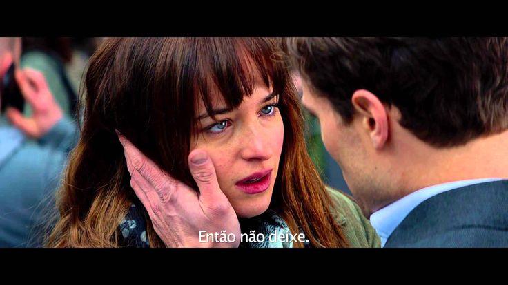 """Dirigido por Sam Taylor-Johnson, """"Cinquenta Tons de Cinza"""" é baseado na trilogia de livros de mesmo nome que hoje é um dos maiores fenômenos de venda. A produção retrata o relacionamento entre o bilionário de 27 anos Christian Grey, interpretando por Jamie Dornan, e a estudante Anastasia Steele, papel de Dakota Johnson."""