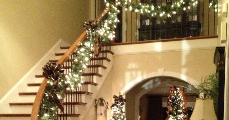 Combinazione di ghirlande e luci natalizie per decorare le scale.