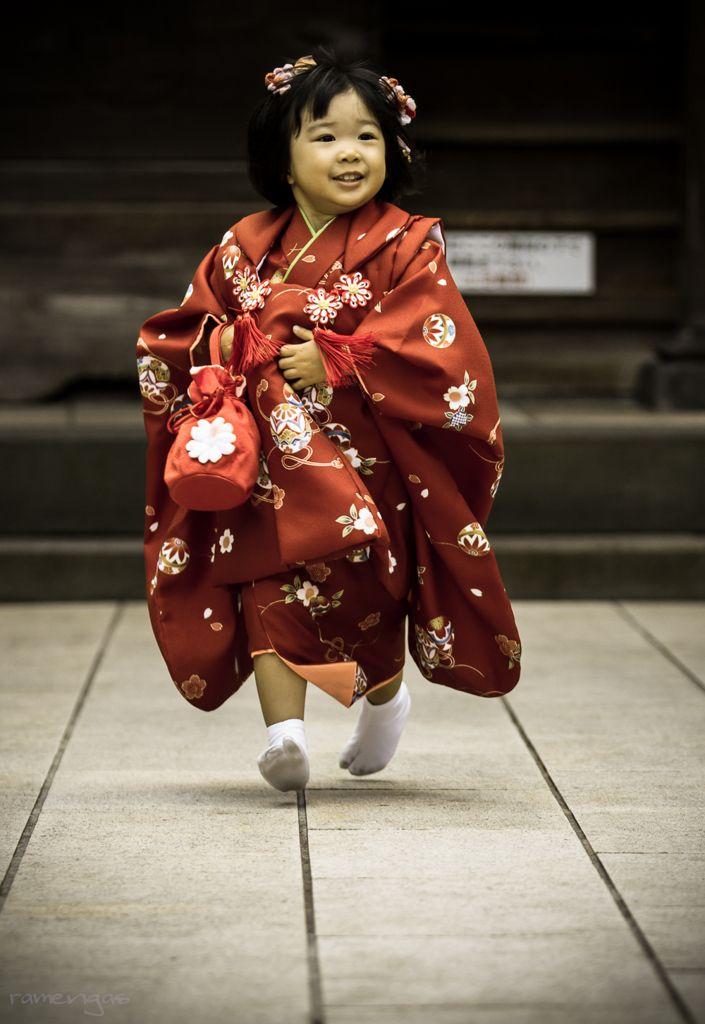 Petite fille japonaise portant un kimono Korezo pour le Shichi-go-san (cérémonie du Sept-cinq-trois, rite de passage traditionnel, le 15 novembre, pour enfants de 3 ans, garçons de 5 ans et filles de 7 ans.