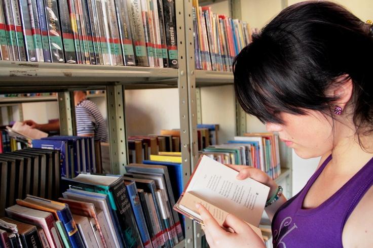 Muchacha leyendo.   Crédito Sandra Preciado. Mincultura 2012/ @CulturAlbergues