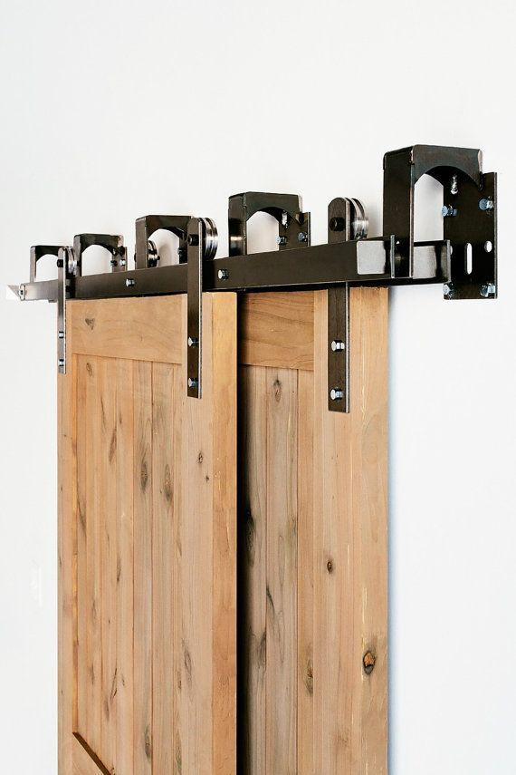 Dies ist eine schöne neue made in America mit Premium Stahl umgehen-Industrial/Klassiker-Scheunentor Hardware Set. (Lebenslange Garantie)  Enthält:  (4) moderne Roller Riemen 2. Track-Halterungen (4-8) (2) flache Spuren – wählen Sie zwischen mehreren Track-Längen Spacer/Abstandshalter (4-8) (4) Türfeststeller (2) Tür-Guide Mounting Track Lags-Schrauben (4-8)  Alle notwendige Hardware für die installation  Wir erstellen und produzieren alle Türen, die hier auf unserem Etsy-Shop angezeigt…