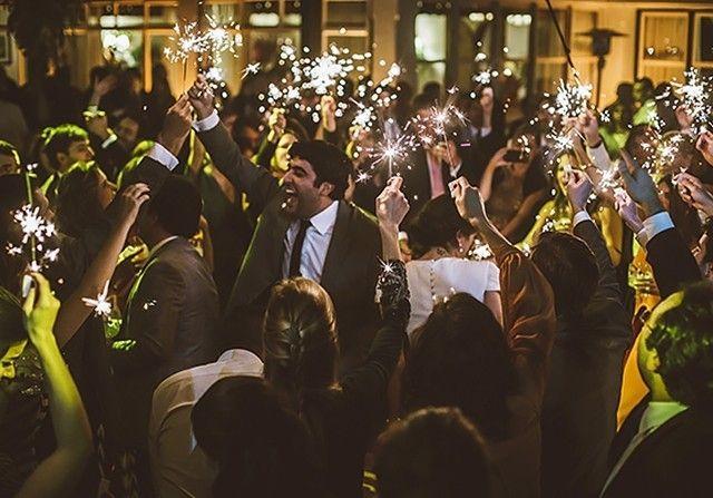 Em busca da PLAYLIST de casamento perfeita? Para animar a pista de dança, pedimos para o @djmarcelobotelho montar uma seleção com os hits mais pedidos do novo pop!🎵🎵🎵Tem Maroon 5, Ed Sheeran, The Weeknd... Corre lá para ouvir: www.constancezahn.com💻{📷@torinzanette } #wedding #casamento #playlist #playlistdecasamento