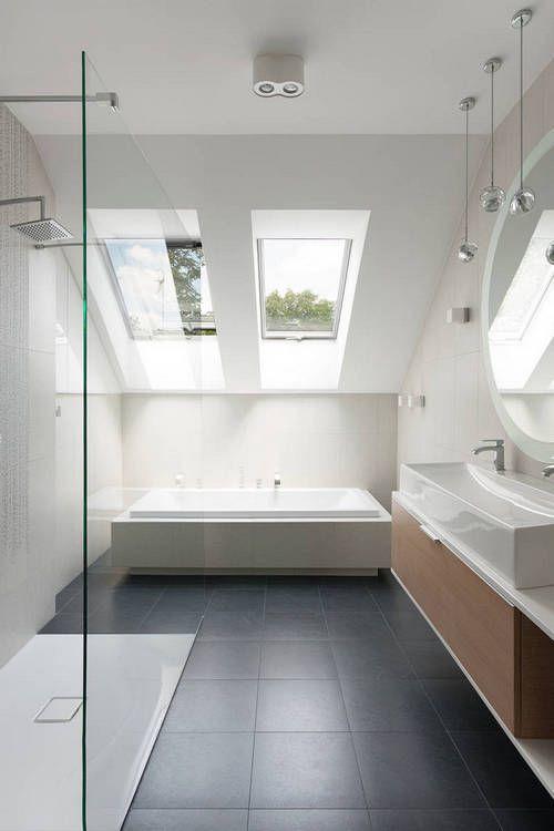 Handige en mooie indeling van een badkamer met een schuin plafond. De dakramen geven ook veel licht en optische ruimte in deze badkamer.